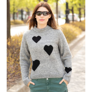 Woman wearing the Gueglia sweater, cozy and cute